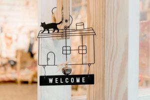 אל תהיו משעממים: שלט לדלת הכניסה לא חייב לשעמם, בחרו שלט בעיצוב אישי!